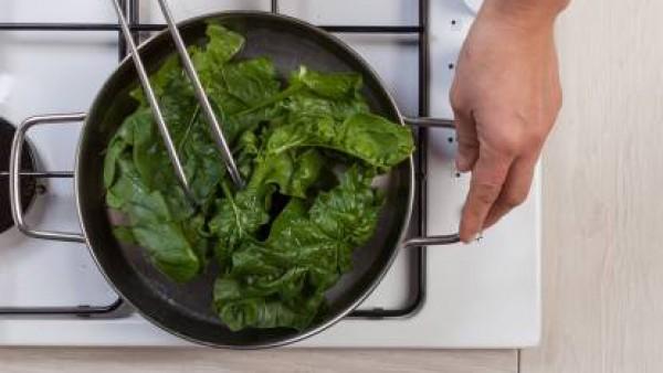 Lava las espinacas con cuidado de eliminar todo el exceso de tierra. A continuación, dóralas en una sartén con un diente de ajo.