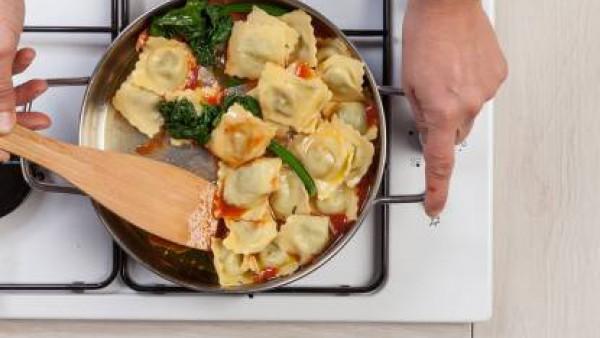 Después de 5 minutos, añade el Tomate Frito Gallina Blanca y un poco de albahaca. Continua la cocción durante unos minutos. Mientras tanto, cuece los raviolis en agua con una pastilla de Avecrem Caldo