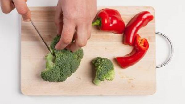 Lava las verduras, corta en tiras el pimiento y en trozos el brócoli.