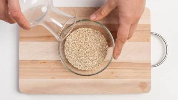 Remoja la quinua con agua para que pierda su sabor amargo. A continuación, enjuaga bien.