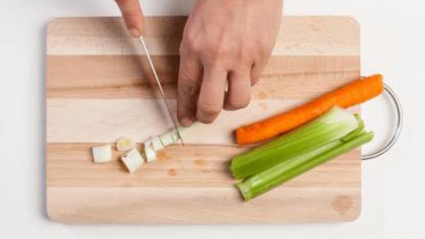 Pica todas las verduras y ponlas a freír en una sartén con una cucharada de aceite de oliva. Añade la quinoa y la pastilla de Avecrem Dúo de Tomate, añadiendo poco a poco agua para evitar que quede de
