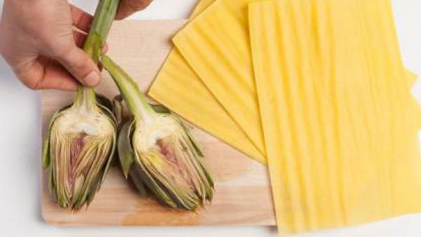 Limpia las alcachofas y córtalas en trozos. Fríelas en una sartén con aceite de oliva y sazona con Avecrem Caldo de Pollo y pimienta. A continuación, añade 2 cucharadas de pesto y media taza de agua y