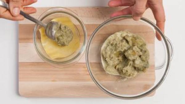Prepara el sobre de Mi Salsa Bechamel siguiendo las instrucciones del envase. Añade dos cucharadas de pesto a las alcachofas y tritúralo todo con el túrmix. A continuación, prepara las lasañas alterna