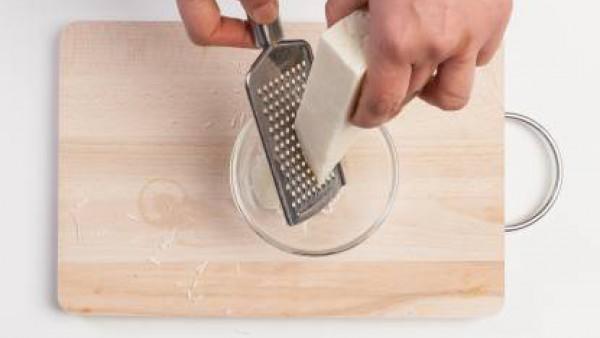 Prepara el sobre de Mi Salsa bechamel, siguiendo las instrucciones del envase. En un recipiente mezcla los guisantes con 2 cucharadas de pesto, añade la salsa bechamel y unas cucharadas de queso de ov