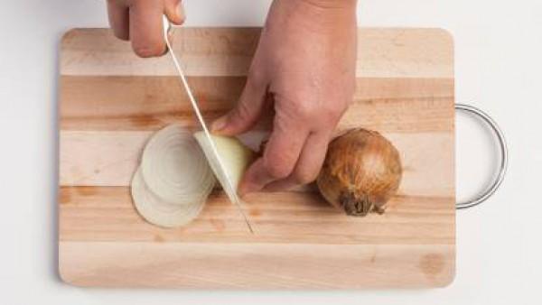 Corta finamente la cebolla.