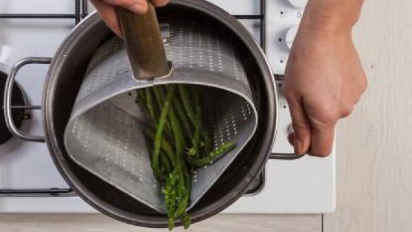 Limpia los espárragos verdes, córtalos y añádelos a la oola. Anade también el bacon y deja cocinar durante 10 minutos.