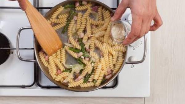 Cuece la pasta en agua hirviendo con la pastilla de Avecrem Caldo de Pollo durante el tiempo indicado en el paquete. Escurre y saltea en una sartén con la cebolla, los espárragos y el bacon. Añade el