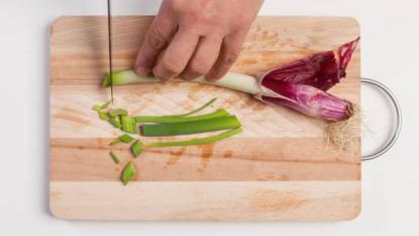 Corta el puerro, ponlo en una sartén con aceite de oliva y deja cocer unos minutos.