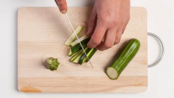Lava el calabacín y córtalo a cubos. Fríe en una sartén con aceite de oliva virgen y un diente de ajo, que retiraremos después de unos minutos. Añade el Tomate Frito Gallina Blanca y sazona con pimien