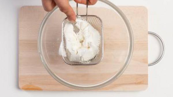 Escurre la ricotta en un colador y crea un puré machacándola con un tenedor.