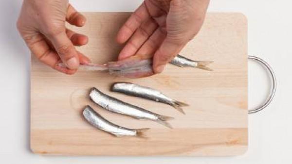 Limpia las sardinas quitando la cabeza y las espinas de su interior. Mientras tanto, poner a cocer la pasta en agua con la pastilla de Avecrem Caldo de Pollo.