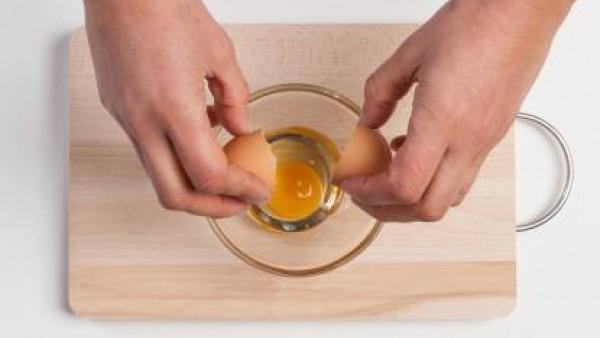 Cuece la pasta en agua con la pastilla de Avecrem Caldo de Pollo hasta que esté al dente. Mientras tanto, pon los huevos en un bol.