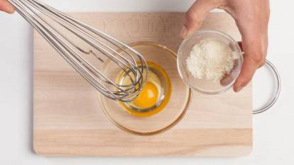 Bate los huevos con el queso. A continuación, escurre la pasta y mézclala con el aceite de oliva y el Tomate Frito Gallina Blanca. Añade los huevos batidos, mézclalo y viértelo en una bandeja de horno