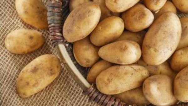 En una cacerola aparte hierve las patatas con piel