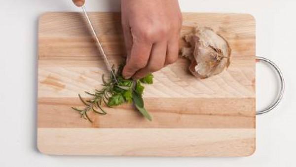 En una sartén saltea el ajo, la cebolla y las hierbas frescas picadas finamente. Añade la carne y la pastilla de Avecrem Dúo Guisos de Carne. Tapa y cuece durante 15 minutos a fuego lento, removiendo