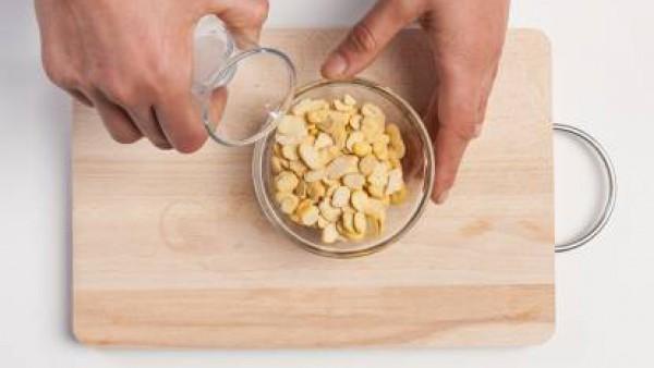 Remoja los frijoles en agua fría durante al menos 2-3 horas.