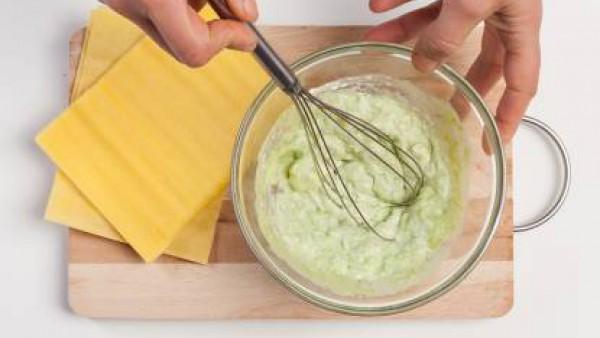 Pinta cuatro moldes con aceite de oliva. Añade un poco de leche en cada uno de ellos. Coloca la primera placa de Lasaña Fácil el Pavo, cubre con un poco de mezcla de ricotta, pesto y espárragos y repi