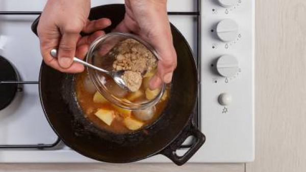 Cómo preparar Patatas y cebollas con tomate- Paso 2