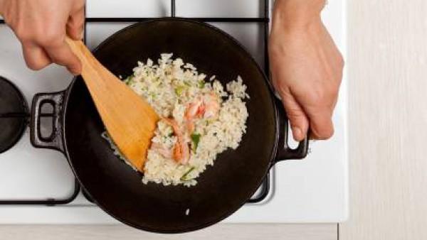 All final de la cocción, añade el vino blanco. Espolvorea con pimienta y sirve con un poco de  perejil.