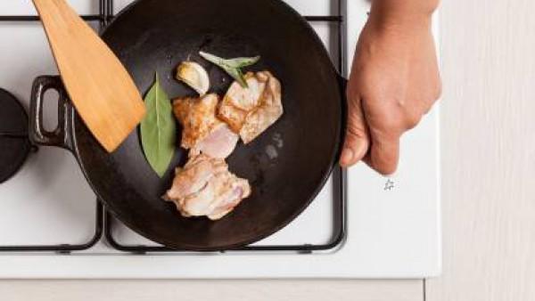 Mientras tanto, rehoga el pollo con el diente de ajo, aceite de oliva virgen extra y una ramita de salvia fresca Añadir una taza de agua y condimentar con 1 pastilla de Avecrem Caldo de Pollo.  Contin