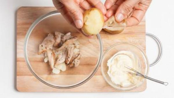 En cuanto el pollo esté frío, córtalo.  Añade las patatas cortadas en trozos y mezclar con la mayonesa. Corta el pepino en rodajas finas y el perejil fresco.