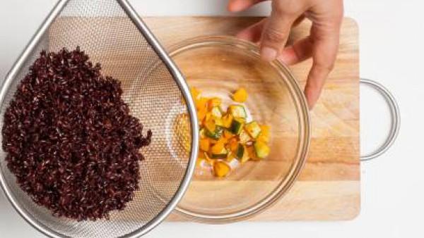 En un bol, coloca las verduras salteadas, añade el arroz, remueve y luego añade el pesto.