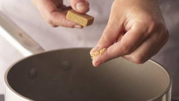 Pon una olla al fuego con agua y la pastilla de Avecrem Caldo de Pollo. Cuando hierva, añade la pasta y cuécela los minutos que ponga en el envase.