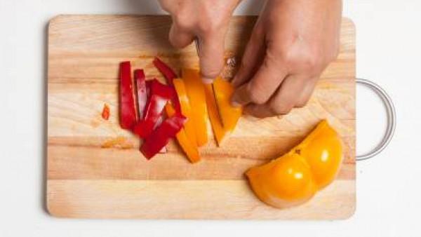 Limpia y corta los pimientos