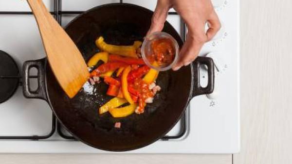 Agrega el Tomate frito con