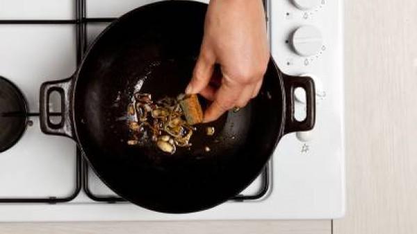 A continuación, añade el arroz y cocínalo, revolviendo con frecuencia. Añade agua tibia y una pastilla de Avecrem Caldo de Pollo.