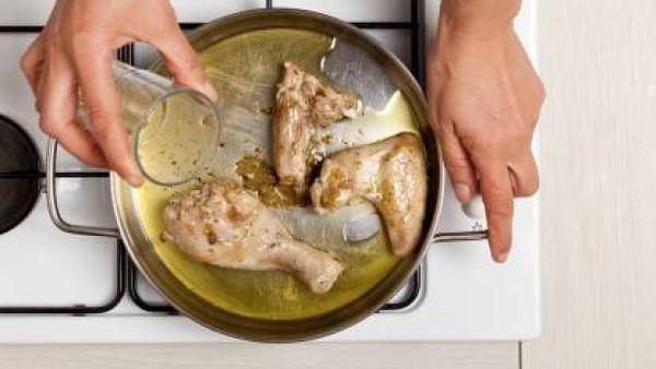 A continuación, vierte el vino blanco y cocine sin tapar durante otros 20 minutos. Sazona pimienta y sirve con una ensalada de acompañamiento.
