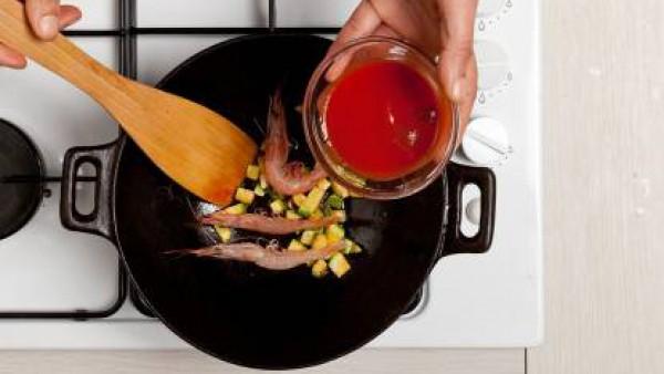 Saltea el calabacín con los ajos sin pelar, el aceite de oliva y la pastilla de Avecrem Dúo Salsa de Tomate. A continuación, agrega las gambas.