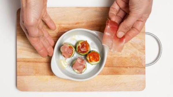Después de la cocción, rellena el con el Sofrito de Tomate y Cebolla, una loncha de jamón y un poco de queso parmesano.