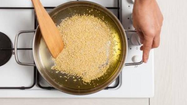 Mientras cuece el mijo después de haberlo tostado en una sartén con una cucharada de aceite y una pizca de sal y pimienta.