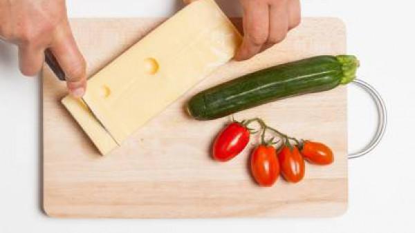 Cómo preparar Ensalada de pasta y tomate- Paso 1