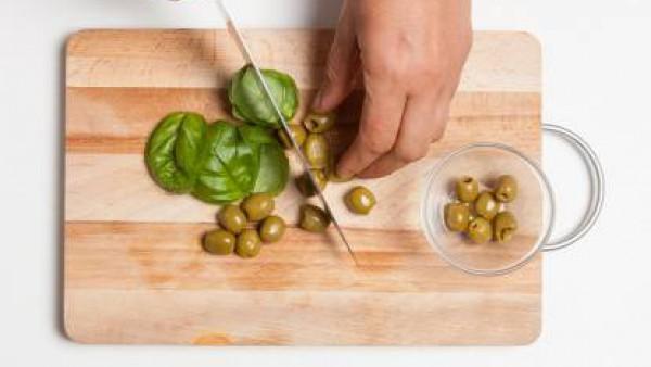 Pica la albahaca y las aceitunas.