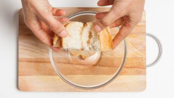 Disuelve 1 pastilla de Avecrem Dúo Salsa de Tomate en agua caliente. Remoja el pan durante 10 minutos. Mientras tanto, lava los pimientos, corta la cubierta superior y retira las semillas.