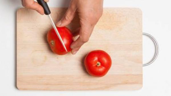 Lava los tomates y sácales la parte superior.