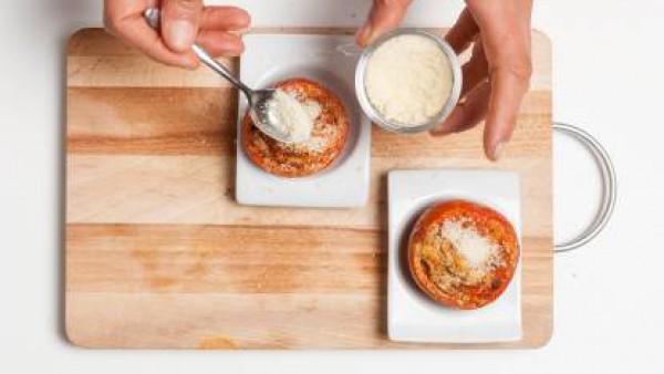 Pica el interior de los tomates y añade el ajo picado y unas hojas de menta, 1 pastilla de Avecrem Dúo Salsa de Tomate y pan rallado y sofrito. Añade pimienta y rellena los tomates con la mezcla. Únta
