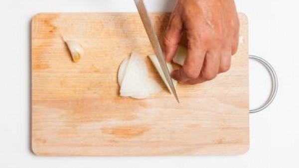 Corta la cebolla y el ajo y dóralos con aceite de oliva virgen extra.