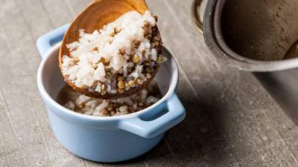A continuación, añade el arroz y cocina por otros 10 minutos. Antes de servir, ralla el limón y agrega una pizca de pimienta.