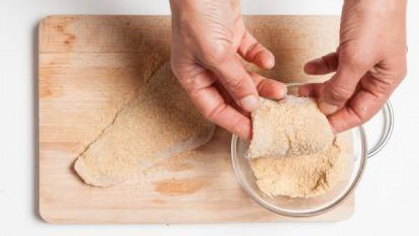 Cómo preparar Filete de pollo rebozado con col roja - Paso1