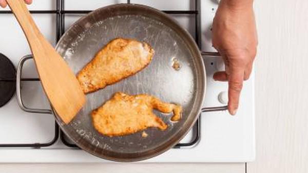 Cómo preparar Filete de pollo rebozado con col roja - Paso 2