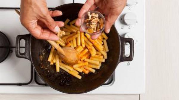 Añade las nueces y la mejorana fresca, espolvorea con pimienta y sirve.
