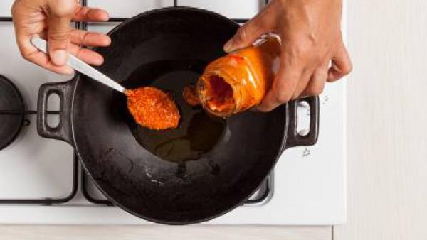 En un wok, calienta la salsa con una cucharada de aceite oliva y luego rehoga la pasta en ella unos minutos.