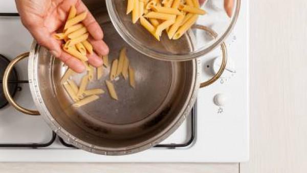 Cuece la pasta en abundante agua con Avecrem los minutos indicados en el envase.