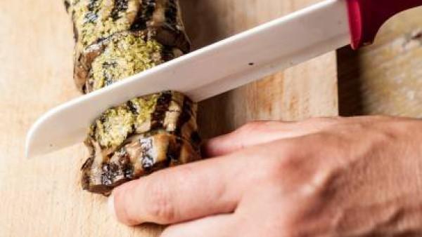 En una hoja de aluminio pon las rodajas de berenjena y rellena con las patatas. Forma rollitos y reserva en la nevera durante al menos 30 minutos. Antes de servir, unta con salsa pesto y corta en roda