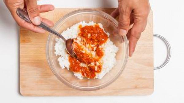 Cuece el arroz con Avecrem, escurre y añade las cucharadas de sofrito.
