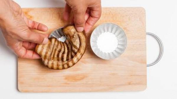 Engrasa unos moldes pequeños, cubre con las rodajas de berenjena rellenas con arroz y las lonchas de queso Emmental y hornea durante 15 minutos a 180°C. Deja enfriar y luego vuélcalo en el plato.