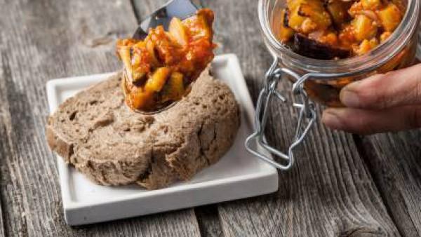 Por último, agrega la albahaca fresca y sirve sobre una tosta de pan.